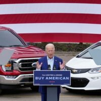 Amerikos prezidentas Bidenas prie EV