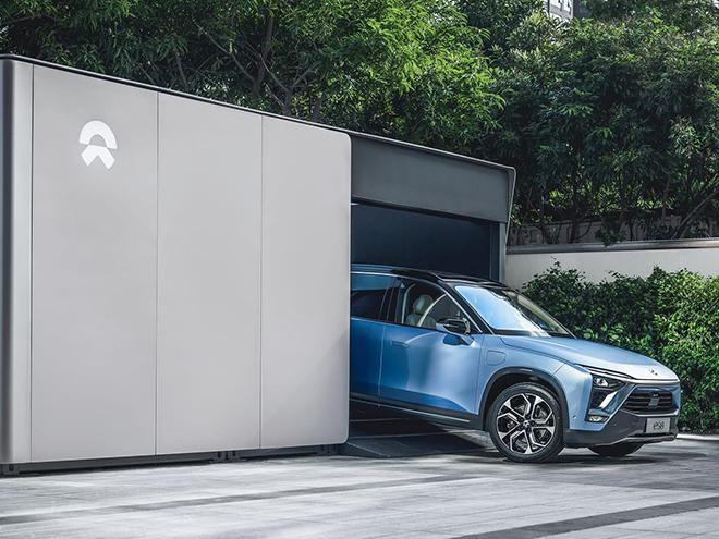 NIO elektromobilis NIO stotelėje kuri keičia EV baterijas